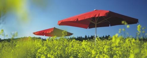 Sonnenschirm rot mit Volant